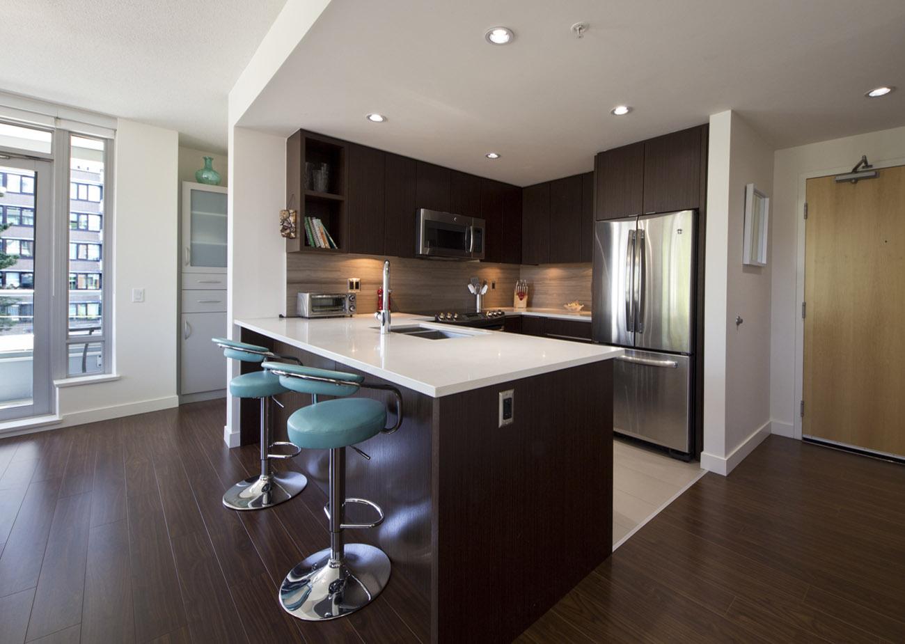 Suite kitchen with breakfast bar