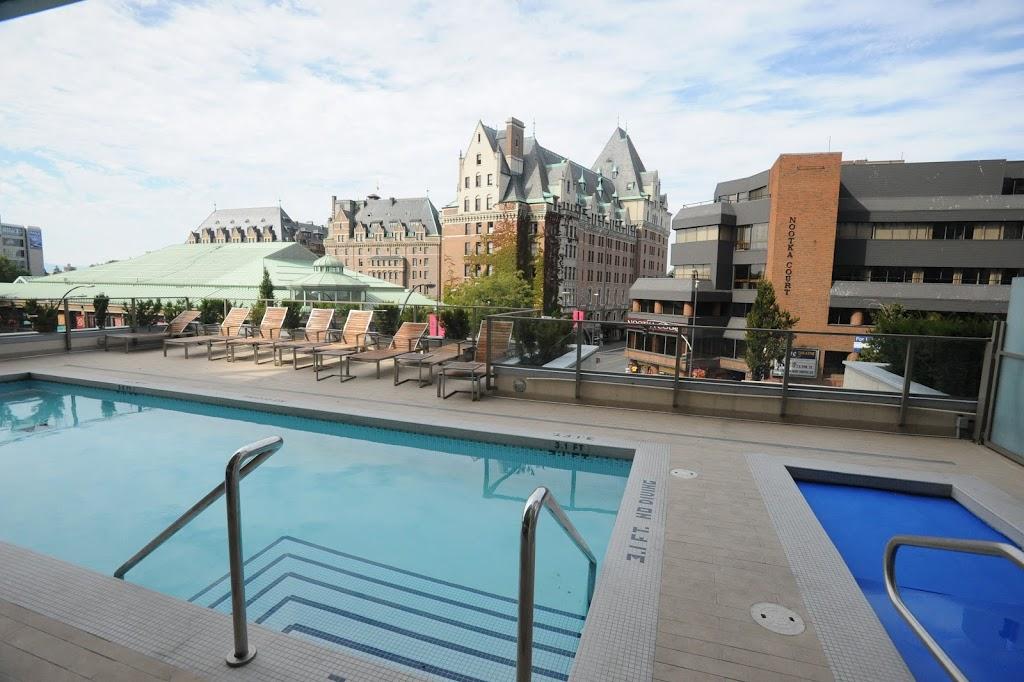 Falls luxury suite outdoor pool