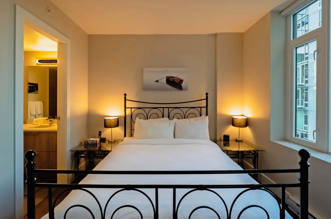 Victoria Condominium queen bedroom