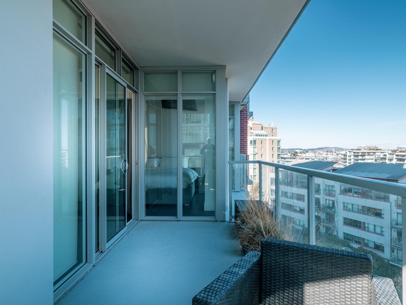 Promontory balcony